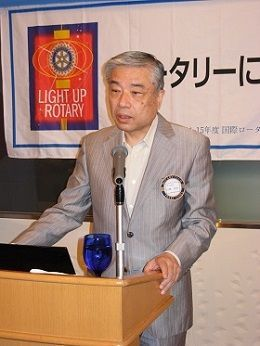 お礼を述べ、ボランティア活動を紹介する山崎学長